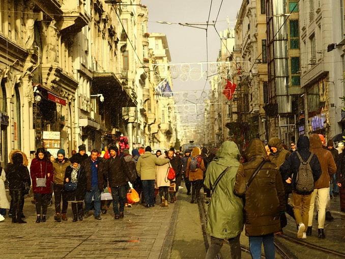 Туристы в Стамбуле, район Бейоглу
