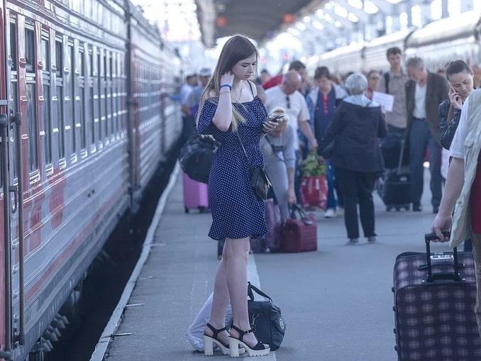 Девушка на перроне - куда можно съездить из Москвы на поезде