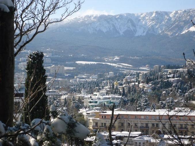 Ялта в январе, вид на горы