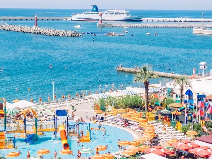 Пляж и аквапарк в летнем Сочи