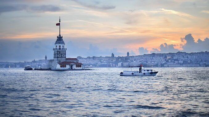 Стамбул в марте, вид на Босфор и Девичью башню