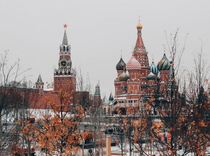 Кремль и храм Василия Блаженного определенно нужно посмотреть в Москве