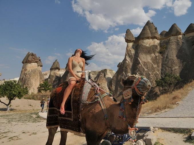 Девушка на верблюде в Каппадокии весной