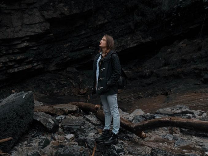 Девушка в горах под Адлером в начале мая