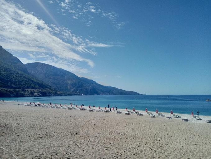 Пляж в Оюденизе в Турции - купаются немногие