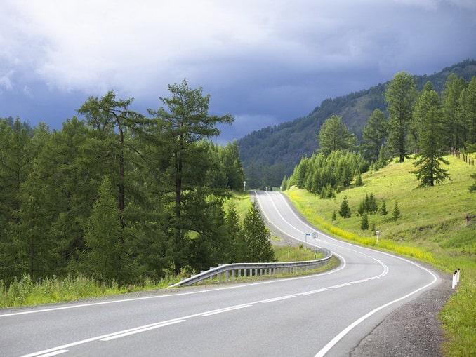 Дорога в Горном Алтаев июне