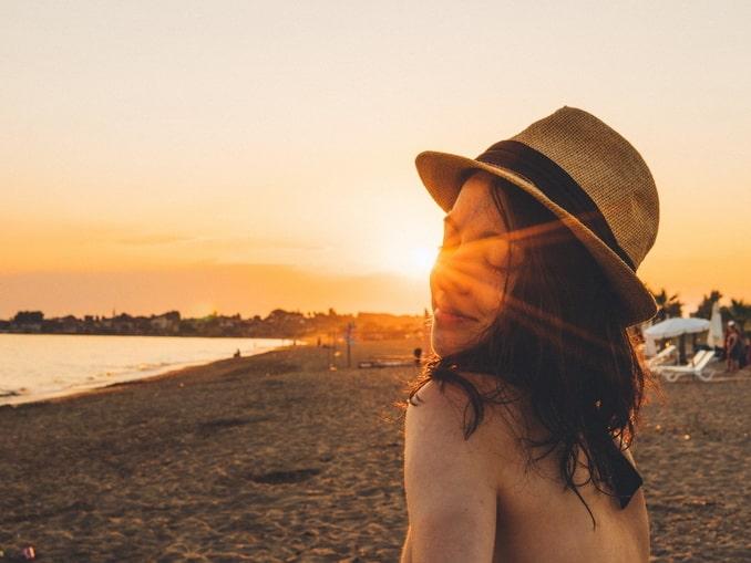 Девушка на пляже в Турции - стоит ли купаться?