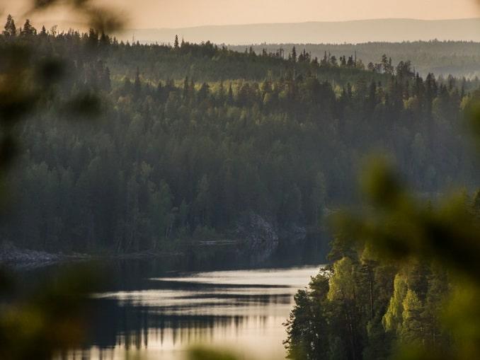 Озеро в Карелии, начало июня