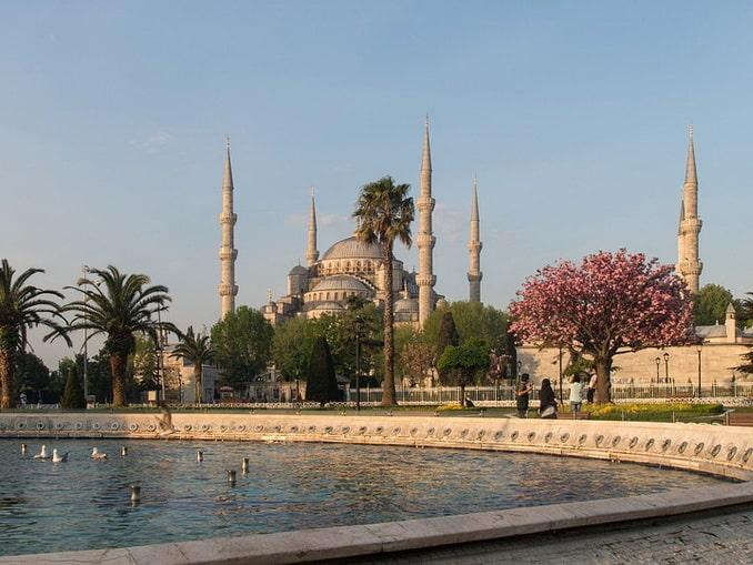 Голубая мечеть находится в Стамбуле на площади Султанахмет