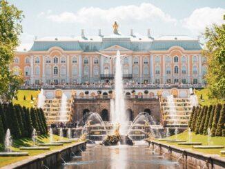 Петергоф - то место в России, куда нужно поехать летом!