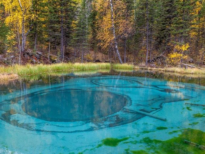 Гейзерное озеро стоит увидеть на Алтае осенью
