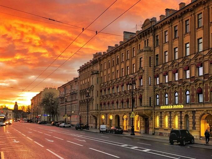 Невский проспект в Санкт-Петербурге в России стоит автопутешествия