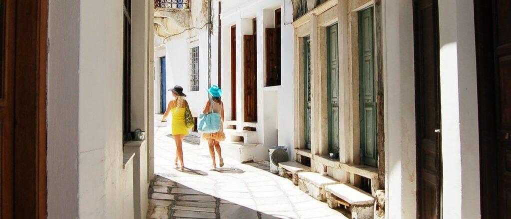 Девушки на море в Греции - что взять с собой