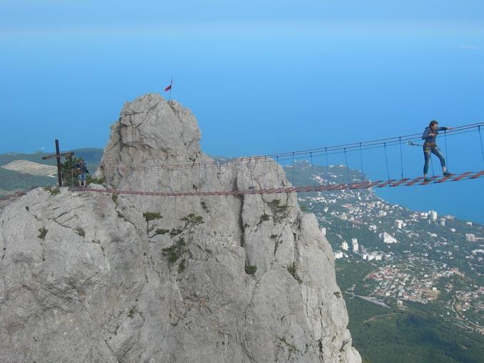 Веревочный мост на Ай-Петри обеспечивает прилив адреналина