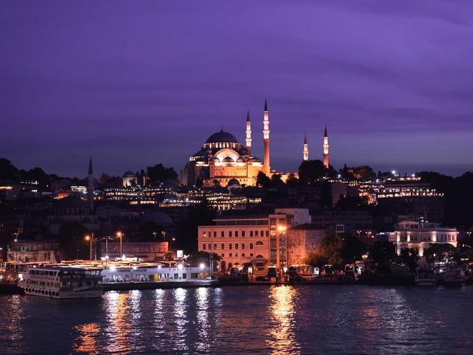 Темнеет в Стамбуле в начале августа поздно
