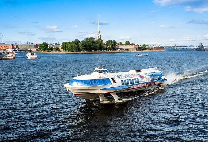 Метеор на Неве в Санкт-Петербурге в начале августа