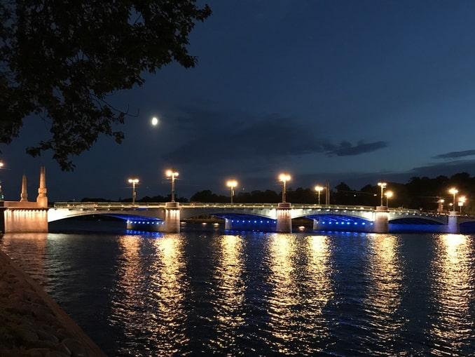 Санкт-Петербург в августе отличает теплая, но сырая погода