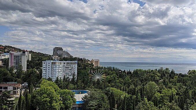 Алушта в октябре - отдых должен получиться, фото V_Sykov / Wikimedia Commons