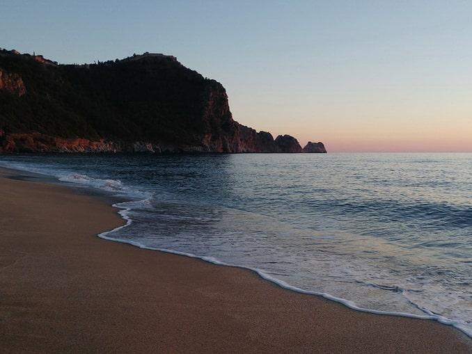 На пляже Клеопатры в Алании осенью немного народу