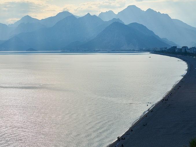 Пляж в Анталии в конце ноября - еще можно купаться