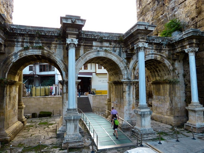 Ворота Адриана нужно посмотреть в Анталии