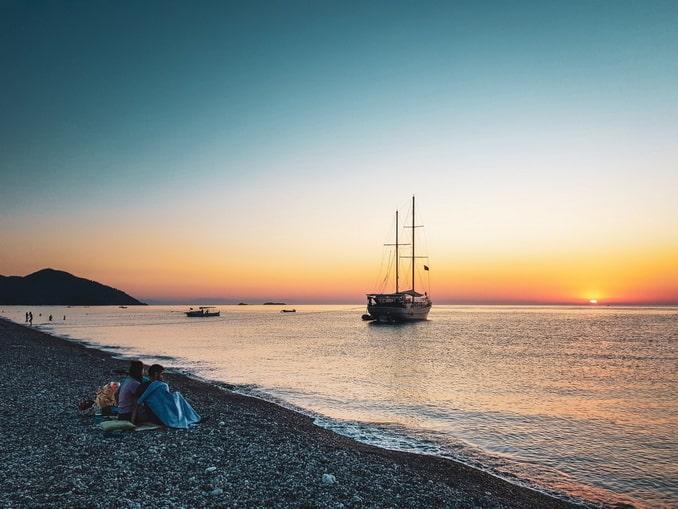 На пляже в Чырали - вода в Турции в начале ноября позволяет купаться