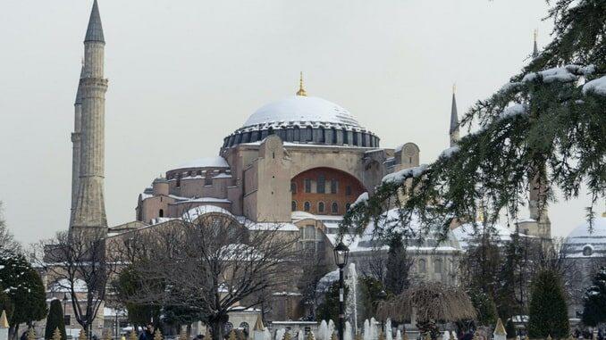 Зимой в Стамбуле лежит снег