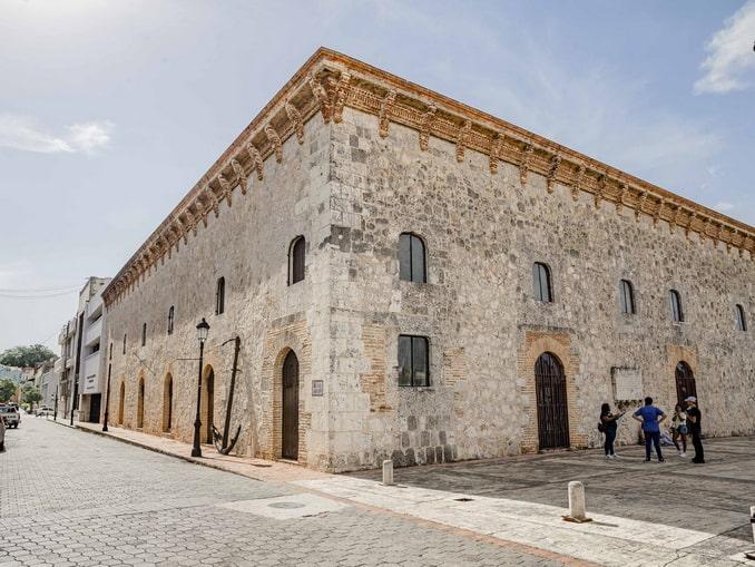 Музей королевских домов в Санто-Доминго прямиком прибыл из средних веков